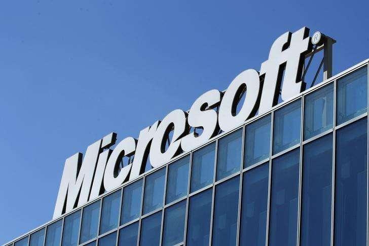 """El logo de Microsoft visto en sus oficinas en Bucharest. Imagen de archivo, 20 marzo, 2013. Microsoft Corp lanzó un dispositivo llamado """"Microsoft Band"""" que permitirá a los usuarios vigilar su estado físico y su régimen de ejercicios, marcando el debut de la mayor compañía mundial de software en el mercado de las prendas tecnológicas. Foto: Bogdan Cristel/Reuters"""