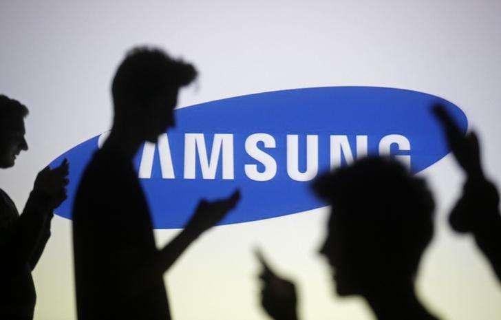 4Siluetas de unas personas frente al logo de Samsung en una ilustración fotográfica realizada en Zenica, oct 29 2014. Samsung Electronics Co Ltd dijo el jueves que renovará su línea de teléfonos avanzados para competir de mejor forma en el pujante segmento de gama media-baja, después de que sus ganancias del tercer trimestre dejaron al gigante surcoreano de la tecnología encaminado a su peor año desde 2011. Foto: Dado Ruvic/Reuters