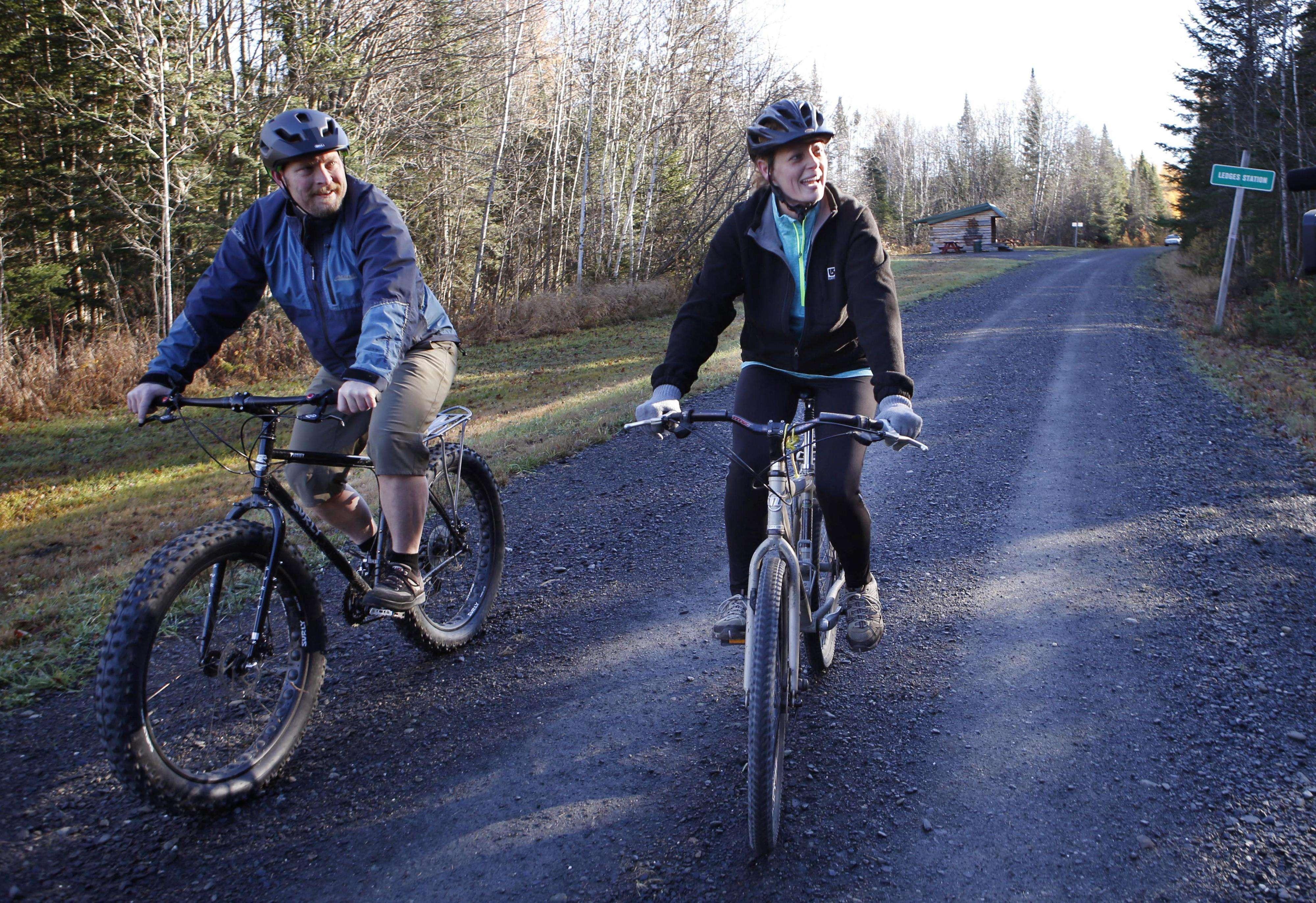 Enfermera Kaci Hickox, derecha, y su novio, Ted Wilbur andar en bicicleta en un sendero cerca de su casa en Fort Kent, Maine, Jueves, 30 de octubre 2014 Foto: AP en español