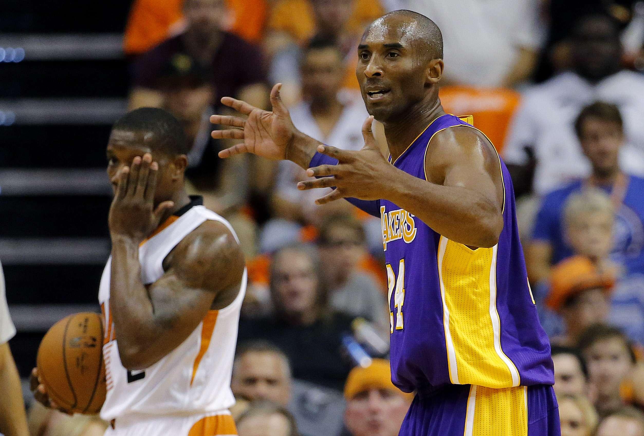 Kobe se desesperó por la poca ayuda de sus compañeros. Foto: AP