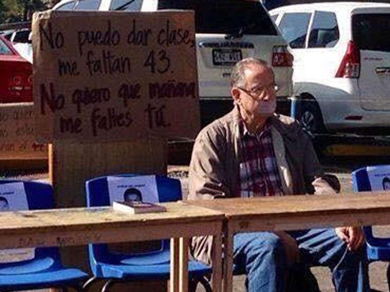 """Maestros de la Universidad Autónoma Metropolitana (UAM) de Xochimilco, realizaron una protesta que se hizo viral en redes sociales en la que se declararon en huelga, ya """"que no pueden dar clases pues les faltan 43 alumnos"""", en alusión a los estudiantes de la Normal Rural de Ayotzinapa, desaparecidos desde el 26 de septiembre en Iguala, Guerrero. Foto: @Revolux10"""