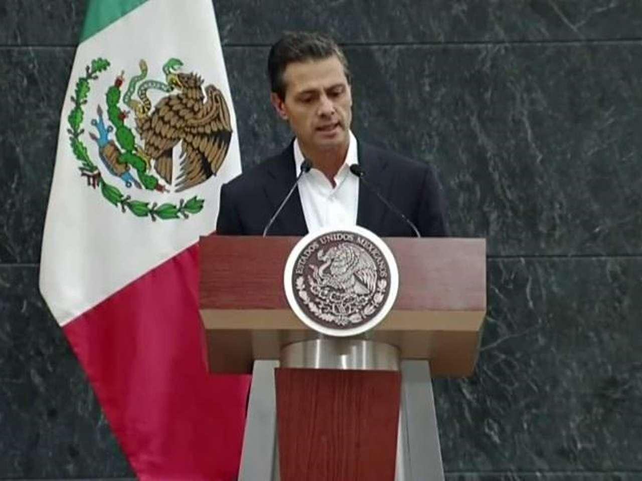 El presidente Enrique Peña Nieto informó que tras una reunión con los familiares de los 43 normalistas desaparecidos de Ayotzinapa, firmaron un documento de 10 puntos entre los que destaca la renovación del plan de búsqueda de los estudiantes y el apoyo a las normales rurales del país. Foto: @PresidenciaMX