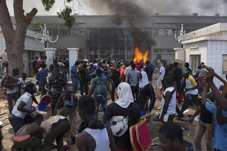 Manifestantes antigoverno colocam fogo em Parlamento em Ouagadougou nesta quinta-feira. Foto: Joe Penney/Reuters