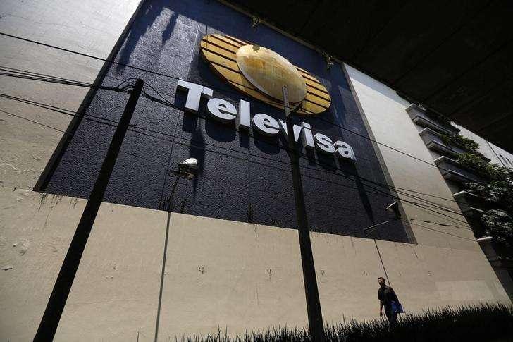 Televisa, el grupo de medios y telecomunicaciones mexicano, lanzará la próxima semana un nuevo servicio de Internet y telefonía ilimitada para intentar arrebatarle una mayor tajada del mercado local al magnate Carlos Slim. En la imagen, un hombre camina junto a la sede de Televisa en la Ciudad de México el 29 de abril de 2014. Foto: Tomas Bravo/Reuters