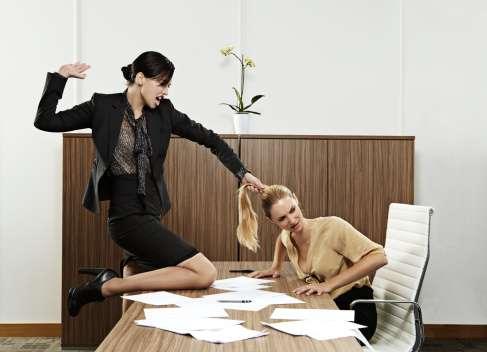 Acoso, hostigamiento o abuso sexual son algunas de las formas de violencia laboral que existen. Foto: Getty Images