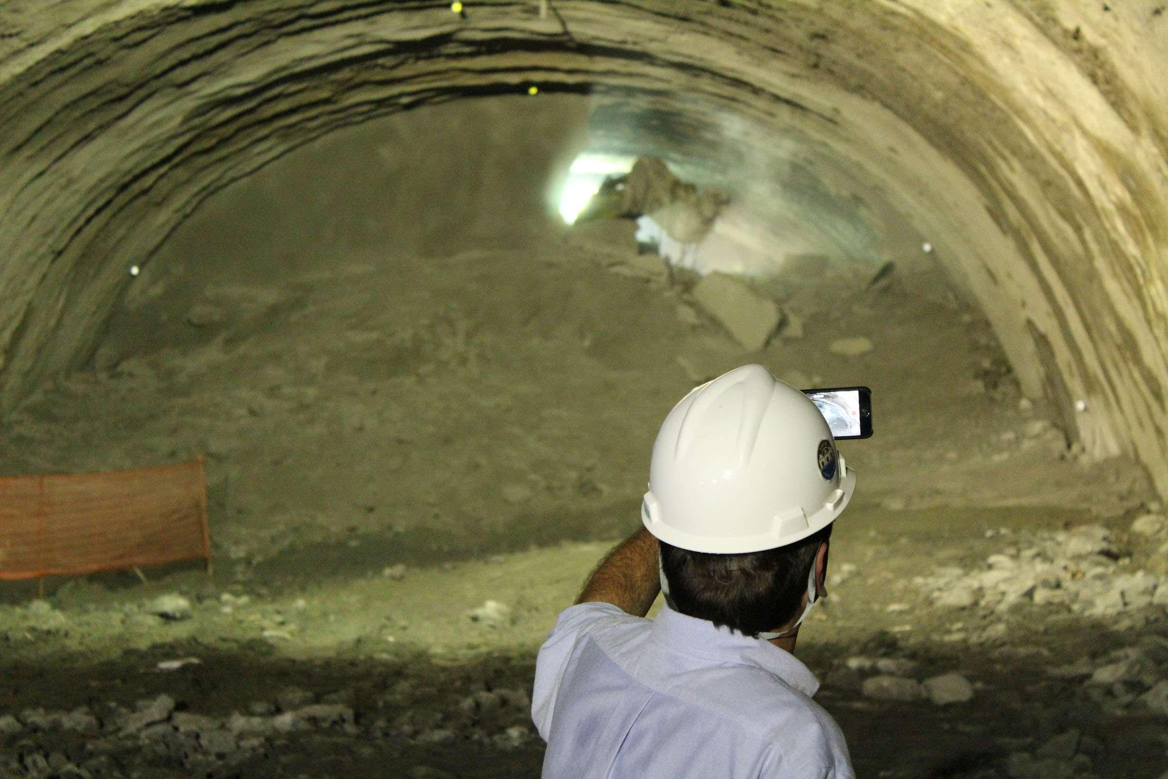 Prefeito Eduardo Paes registra derrubada da parede que liga os dois pedaços do túnel Rio 450 no centro do Rio Foto: Marcus Vinicius Pinto/Terra