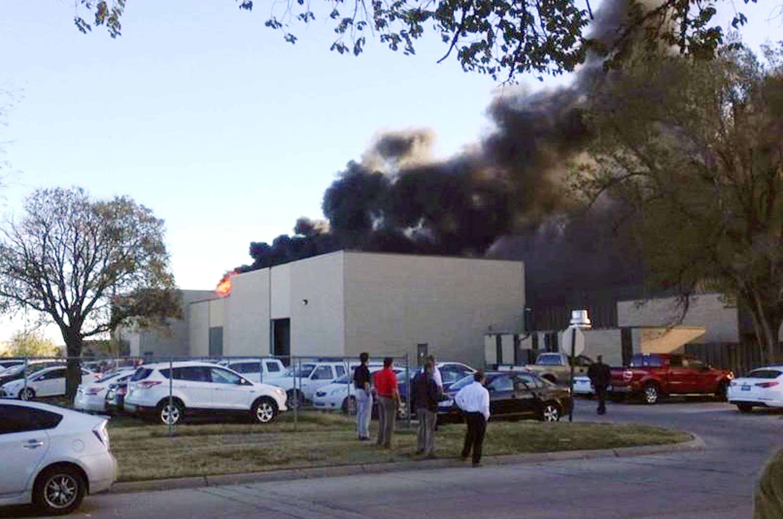 En esta imagen provista por KAKE News sale una humareda negra del edificio del aeropuerto Mid-Continent de Wichita, Kansas. Foto: AP en español