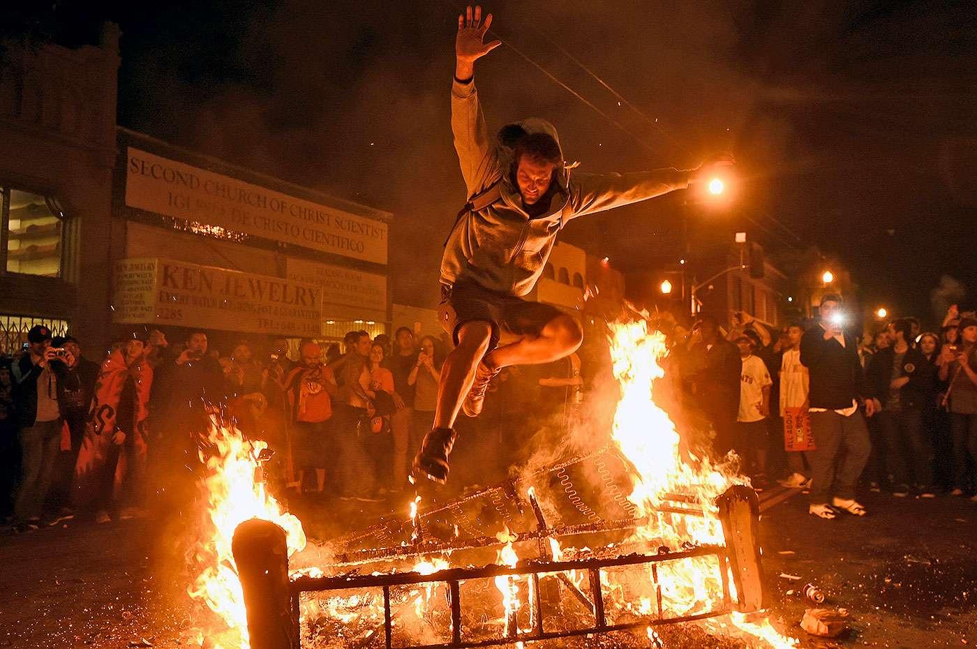 Los aficionados de los Gigantes de San Francisco celebraron en grande el octavo título de Serie Mundial conseguido tras vencer 3-2 a los Reales de Kansas City en el juego 7. Miles de fanáticos comenzaron a festejar tras el out 27 e iniciaron los disturbios en la ciudad californiana. Foto: AP