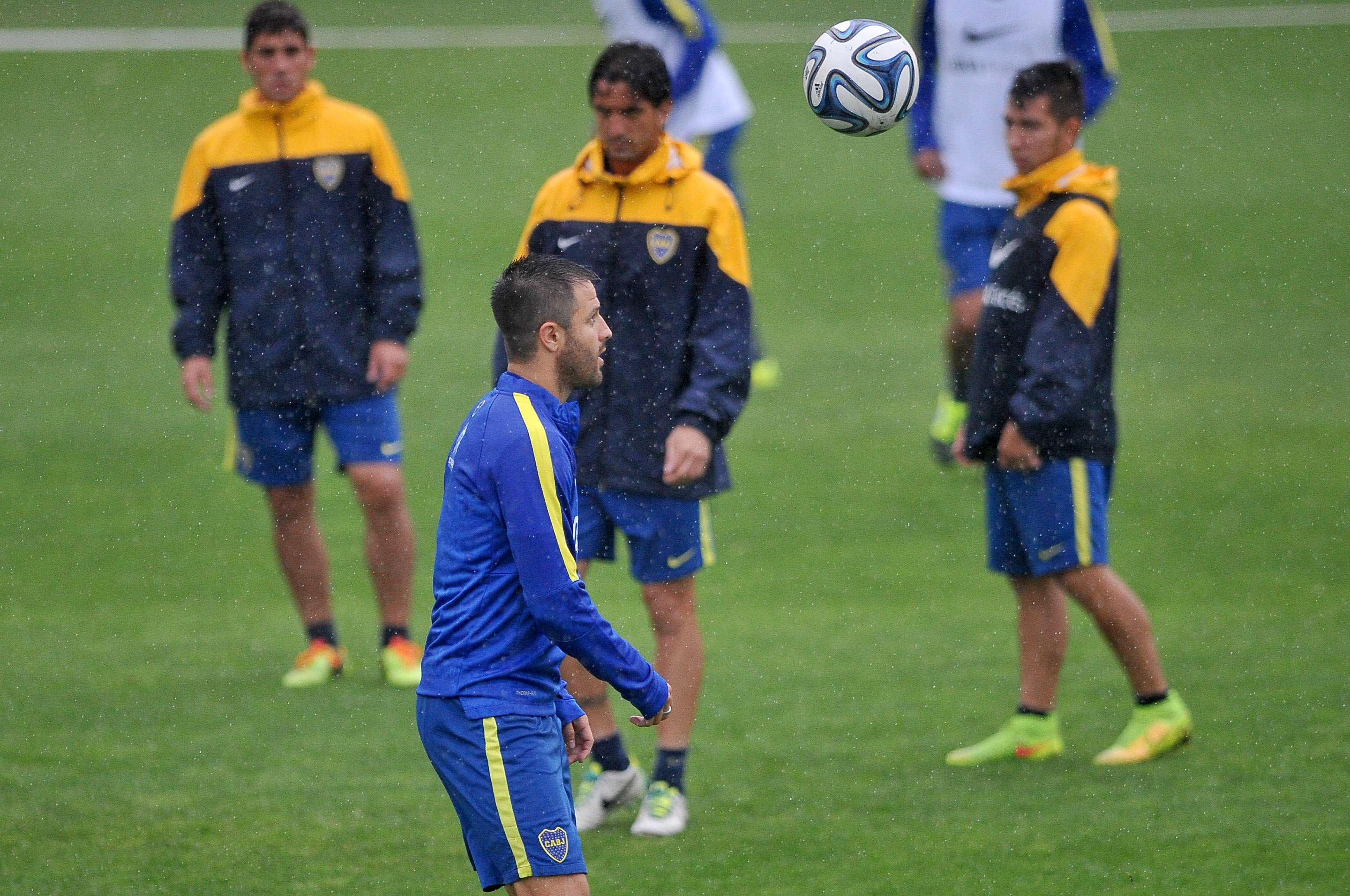 Los jugadores que no participaron del partido de ayer entrenaron esta mañana bajo la lluvia en Casa Amarilla. Foto: Agencias