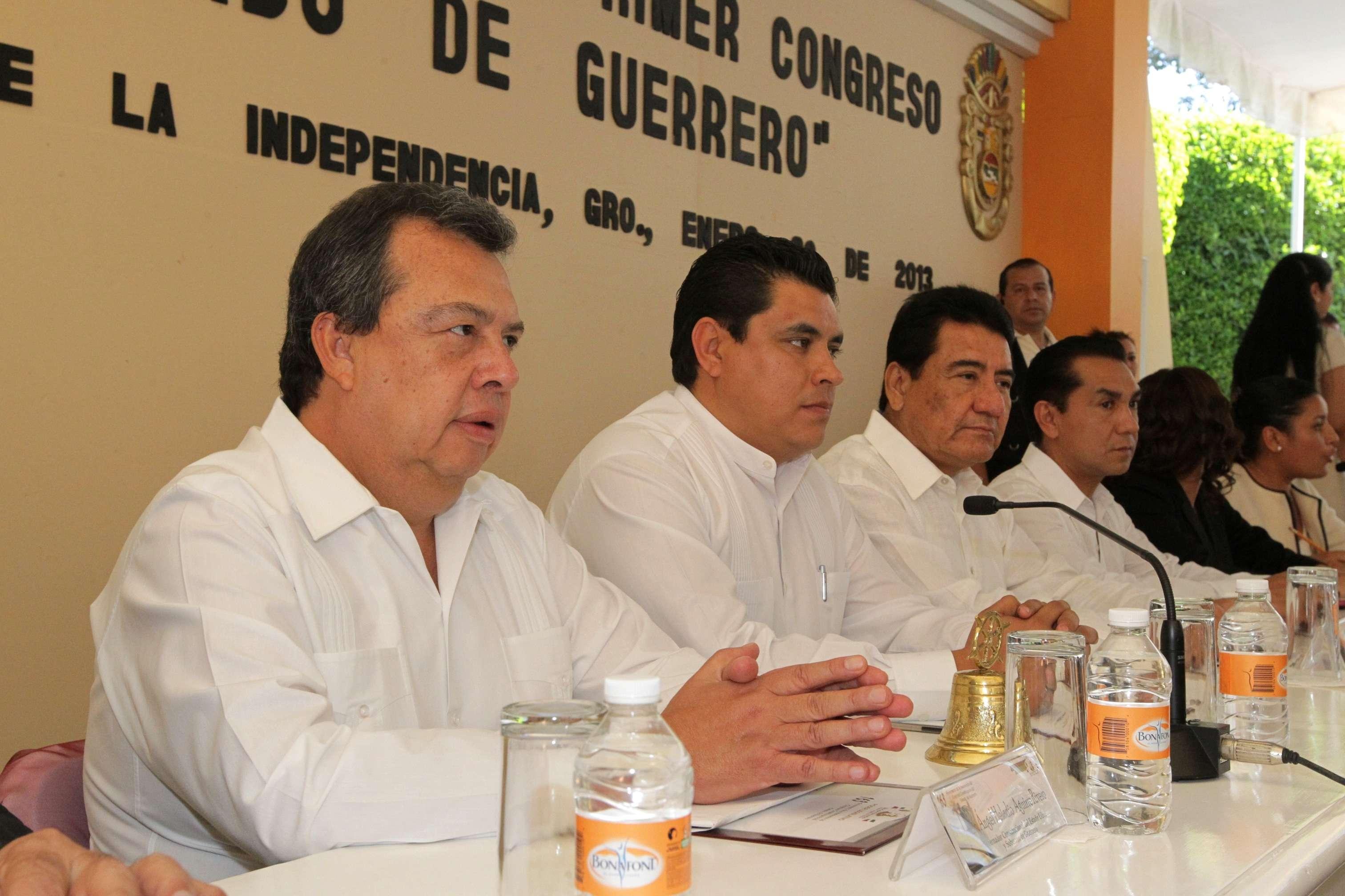 Jesús Martínez Garnelo, junto a José Luis Abarca, en un evento de 2013. Foto: Guerrero.gob.mx