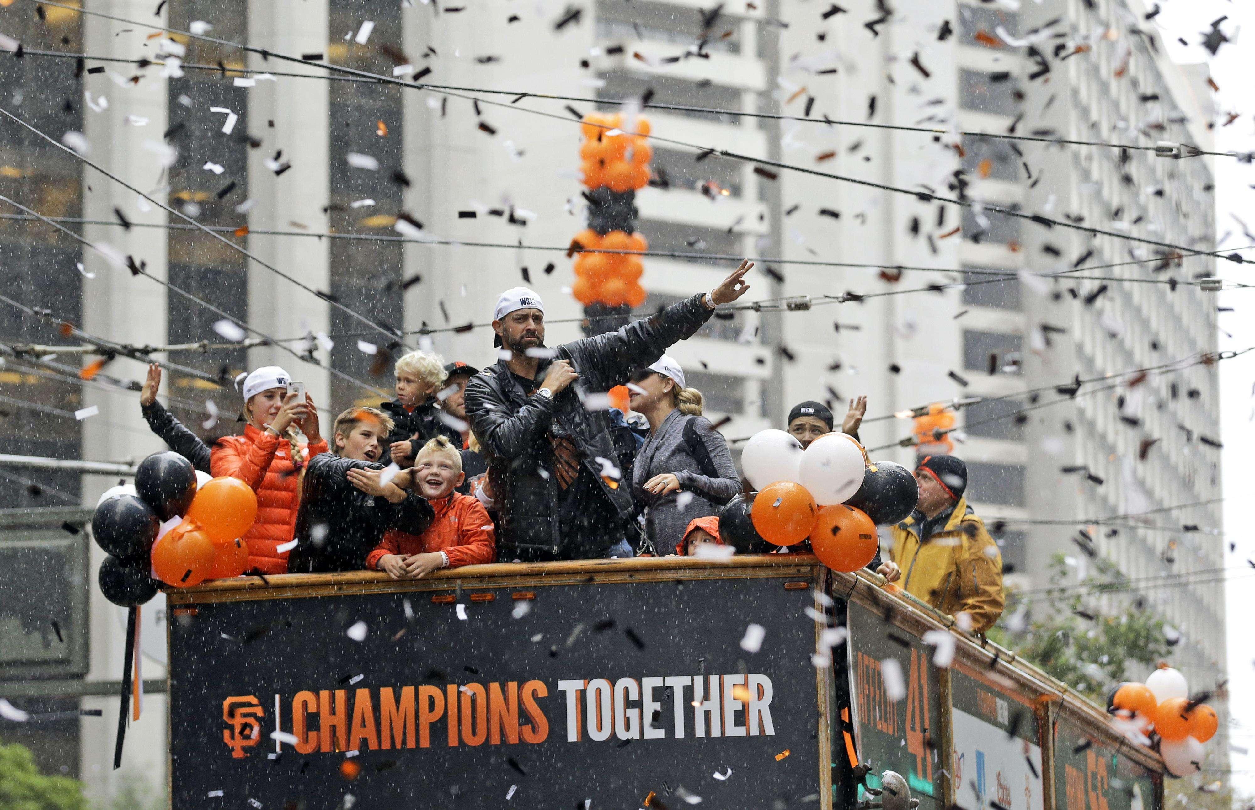 Los aficionados de San Francisco celebran el título de los Gigantes con sus ídolos Foto: AP