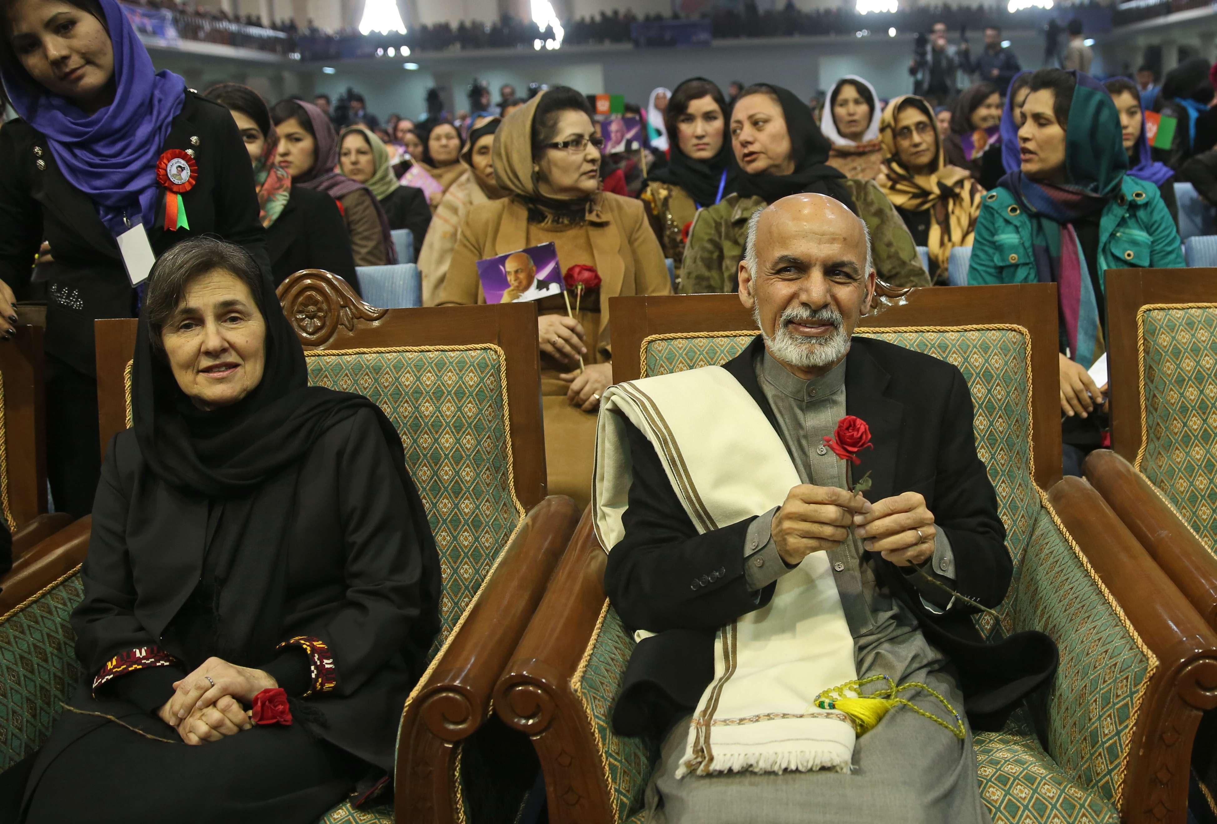 Rula Ghani (izquierda), de 66 años de edad, reconoce el trabajo de las mujeres por mejorar sus condiciones, pese a la discriminación y la violencia. Foto: Archivo/AP en español