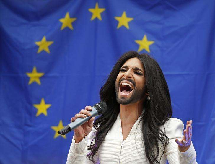 Conchita Wurst, the bearded transgender winner of the Eurovision Song Contest, performs during a concert at the European Parliament in Brussels October 8, 2014. Foto: Yves Herman/Reuters