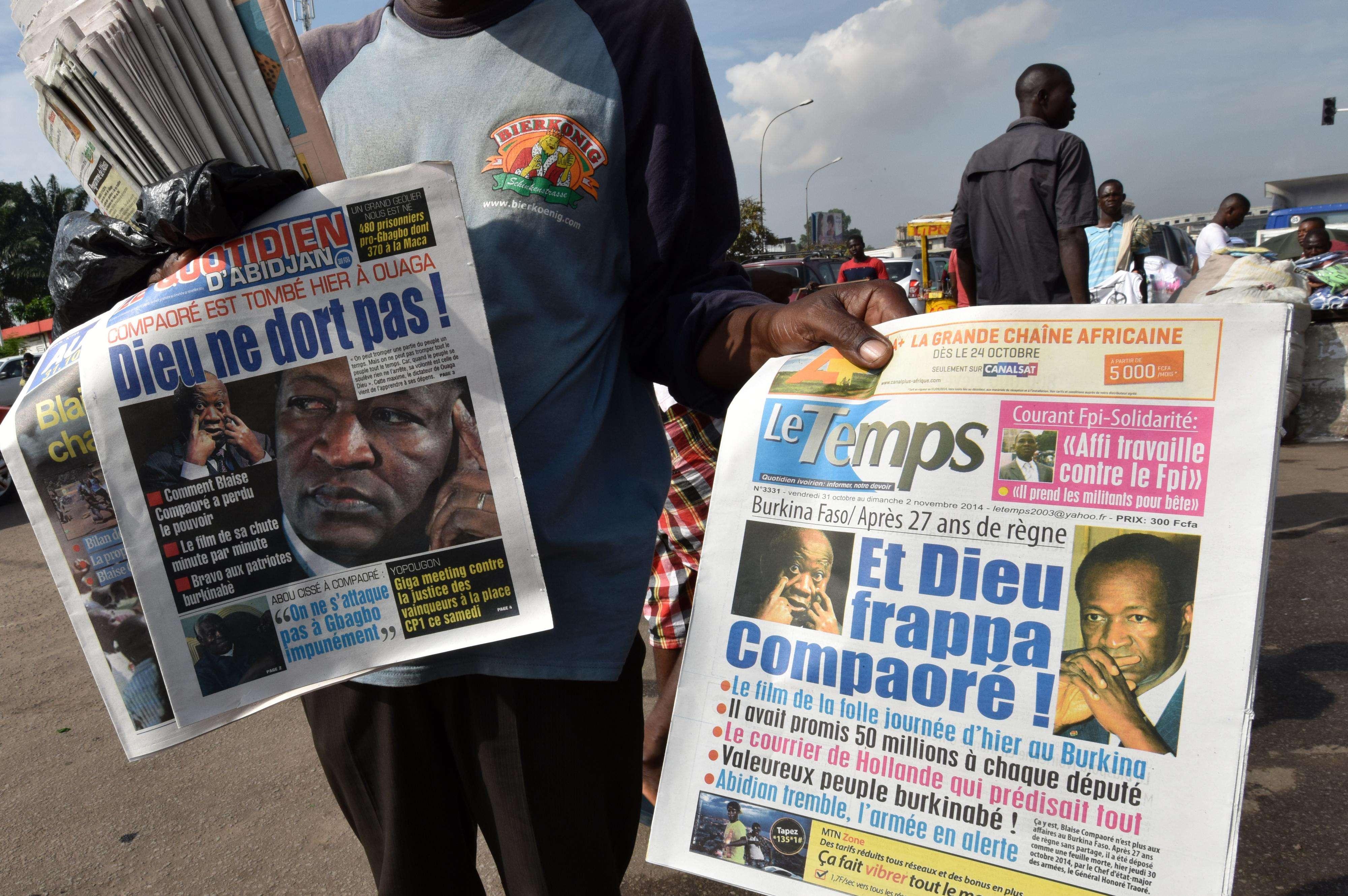 Jornais noticiam últimos acontecimentos no país, que passa por distúrbios contra governo Foto: SIA KAMBOU /AFP