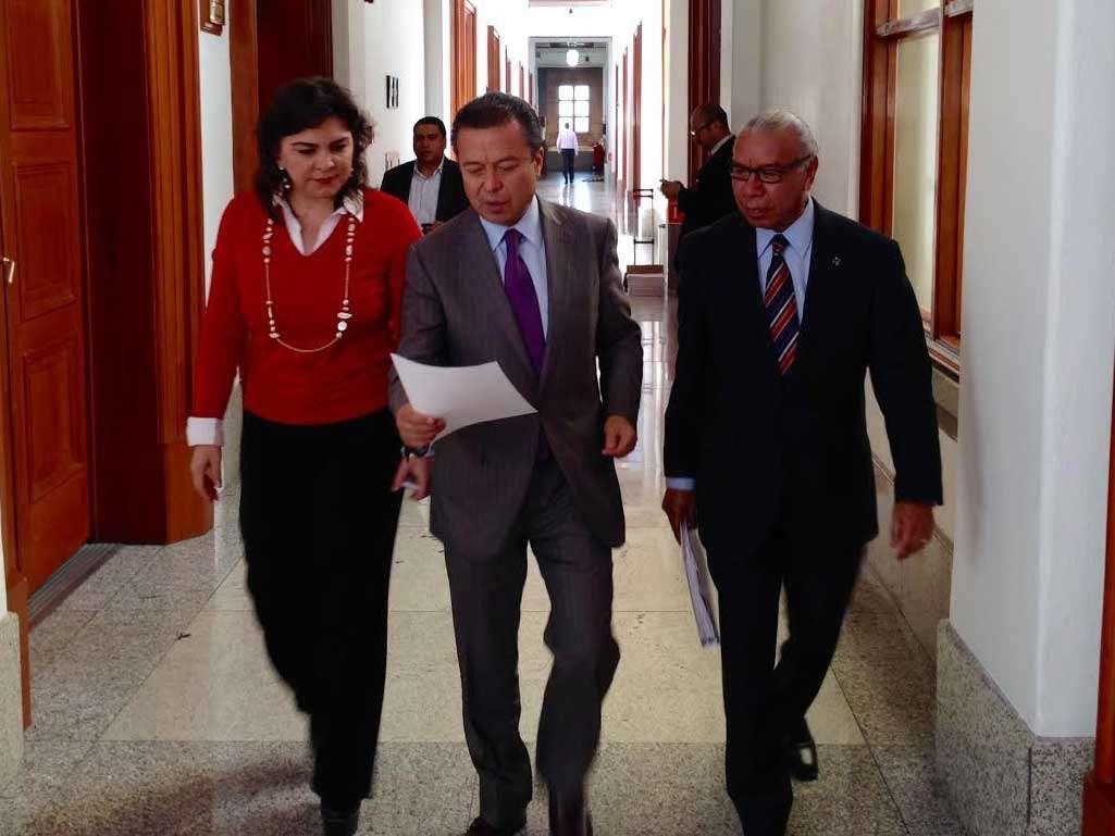 A la sede de la Suprema Corte de Justicia de la Nación acudió César Camacho, acompañado de la secretaria general del PRI, Ivonne Ortega, y del secretario jurífico del partido, Sadot Sánchez. Foto: PRI