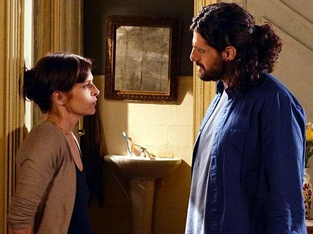 Cora conta para Jairo que é virgem e pede que ele pare de persegui-la Foto: Gshow / Reprodução