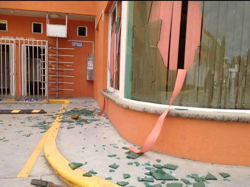 Esta gasolinera operaba con normalidad, a diferencia de otras estaciones de la ciudad de Oaxaca que habían suspendido actividades ante amenazas de toma y saqueo por parte de la CNTE. Foto: Twitter/@lizet_hmendoza