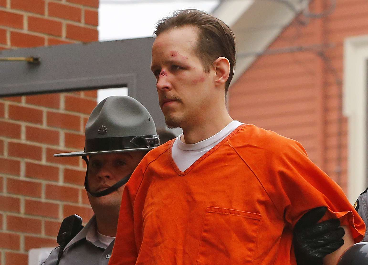 Eric Frein es escoltado por la policía a la corte del condado Pike, en Pennsylvania, este viernes 31 de octubre de 2014. Foto: AP en español