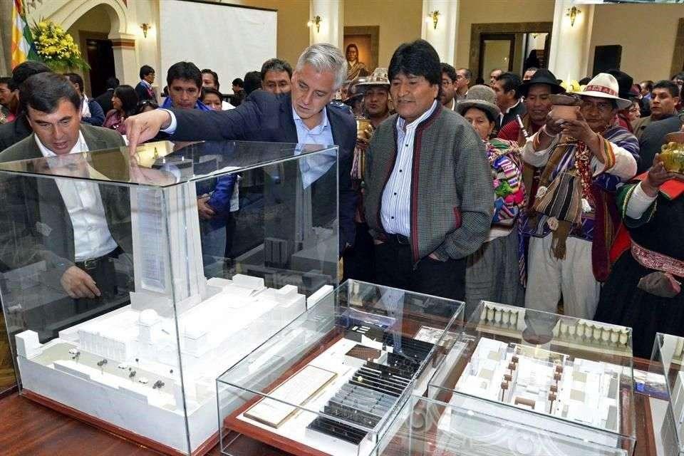 El Presidente boliviano, Evo Morales, observa el modelo para la Casa Grande, que sustituirá al Palacio Quemado como sede del poder Ejecutivo de Bolivia en 2016 Foto: Reuters en español