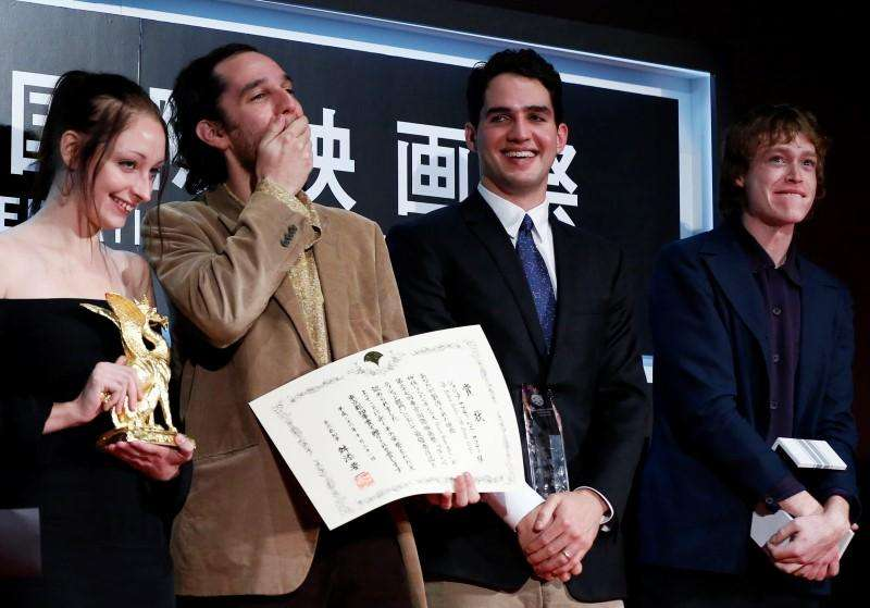 "Director Josh Safdie (R) reacts next to his brother Benny Safdie as they receive the Tokyo Grand Prix for the film ""Heaven Knows What "", which they directed together, during the closing ceremony of the Tokyo International Film Festival in Tokyo October 31, 2014. Foto: Yuya Shino/Reuters"