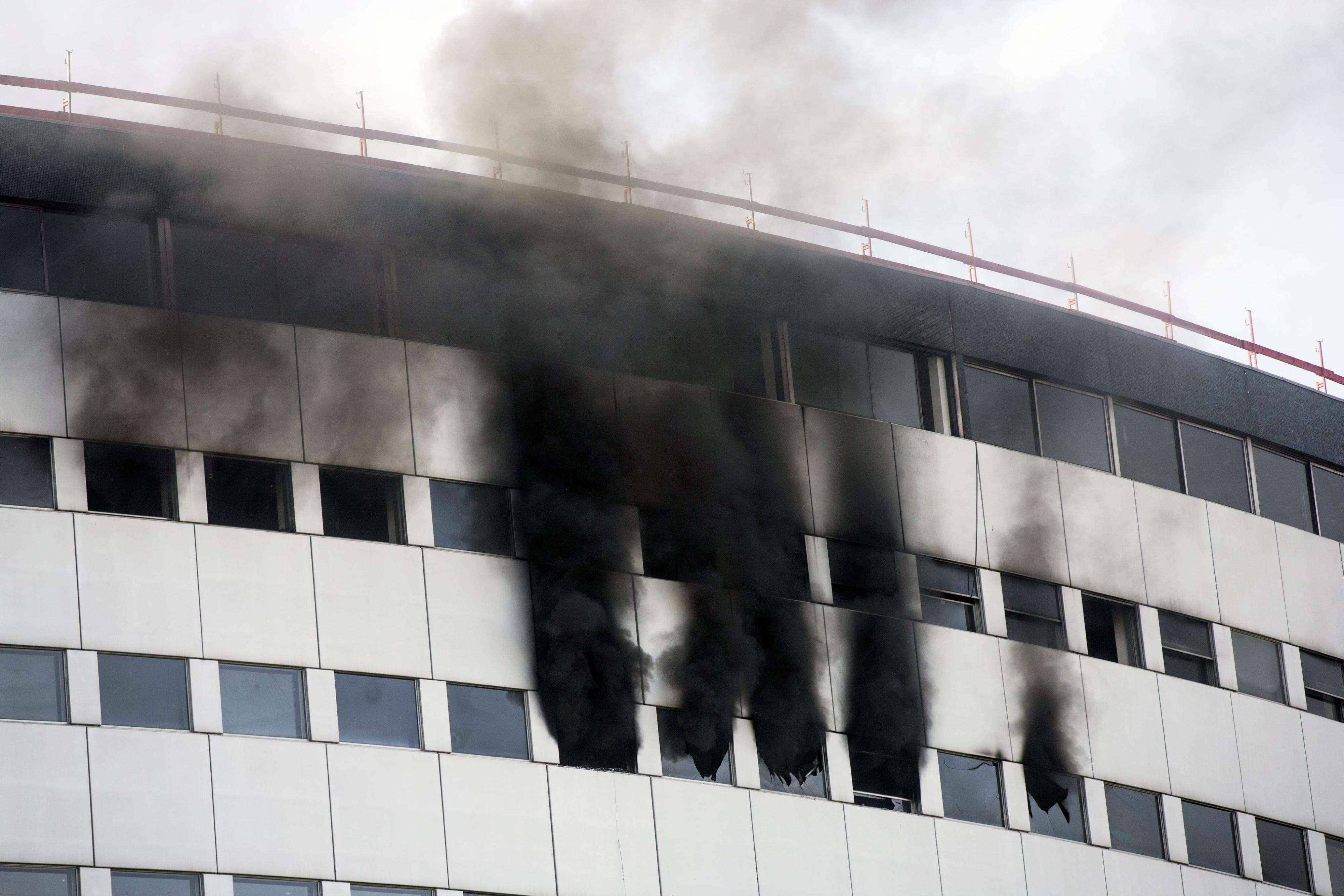 Una columna de humo se eleva en el aire desde uno de los últimos pisos del edificio de la radio pública francesa en París, Francia. Foto: Etienne Laurent/EFE en español