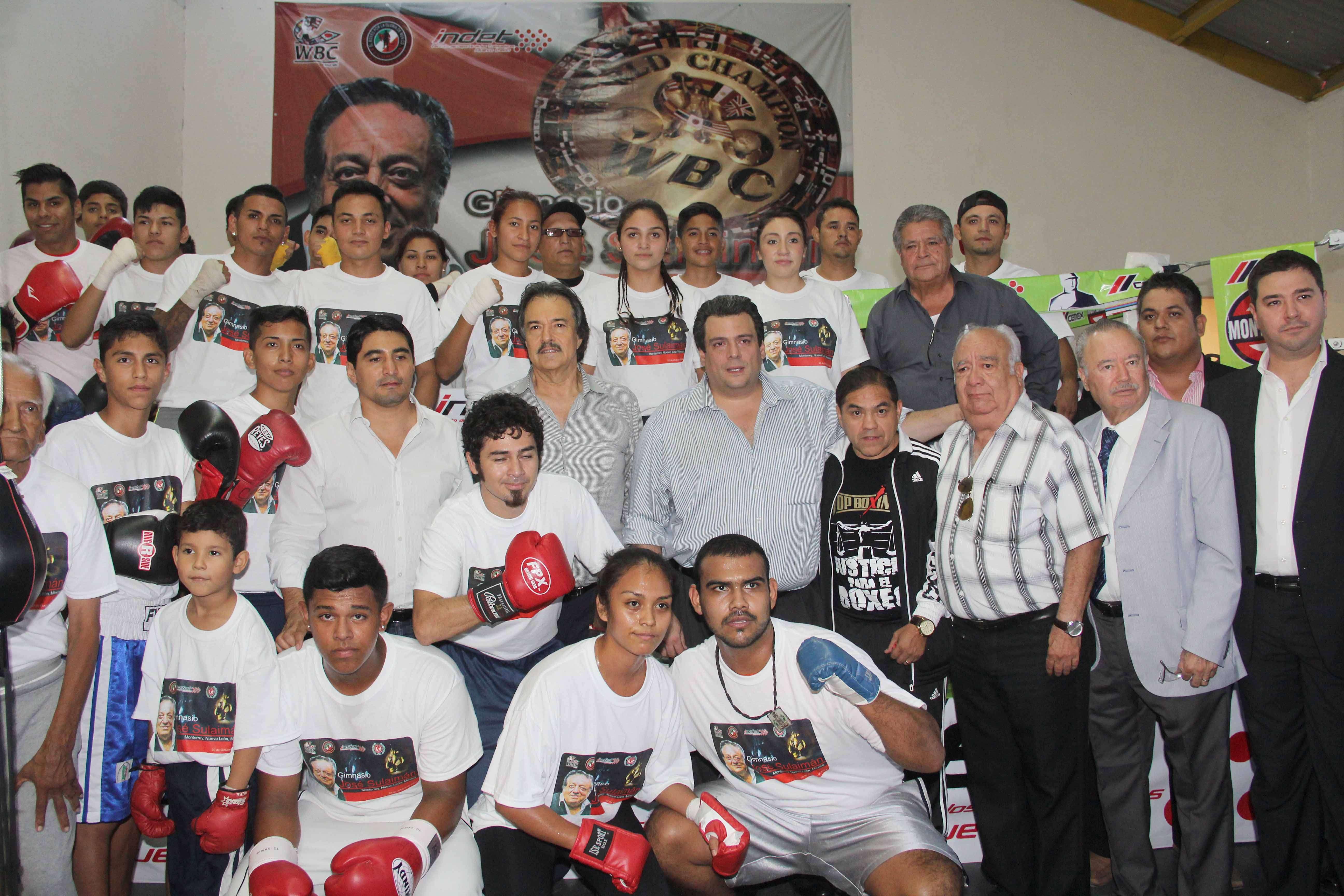 Mauricio Sulaimán en compañía de el 'Terrible' Morales y 'La Chiquita' González inauguraron la Arena. Foto: CMB