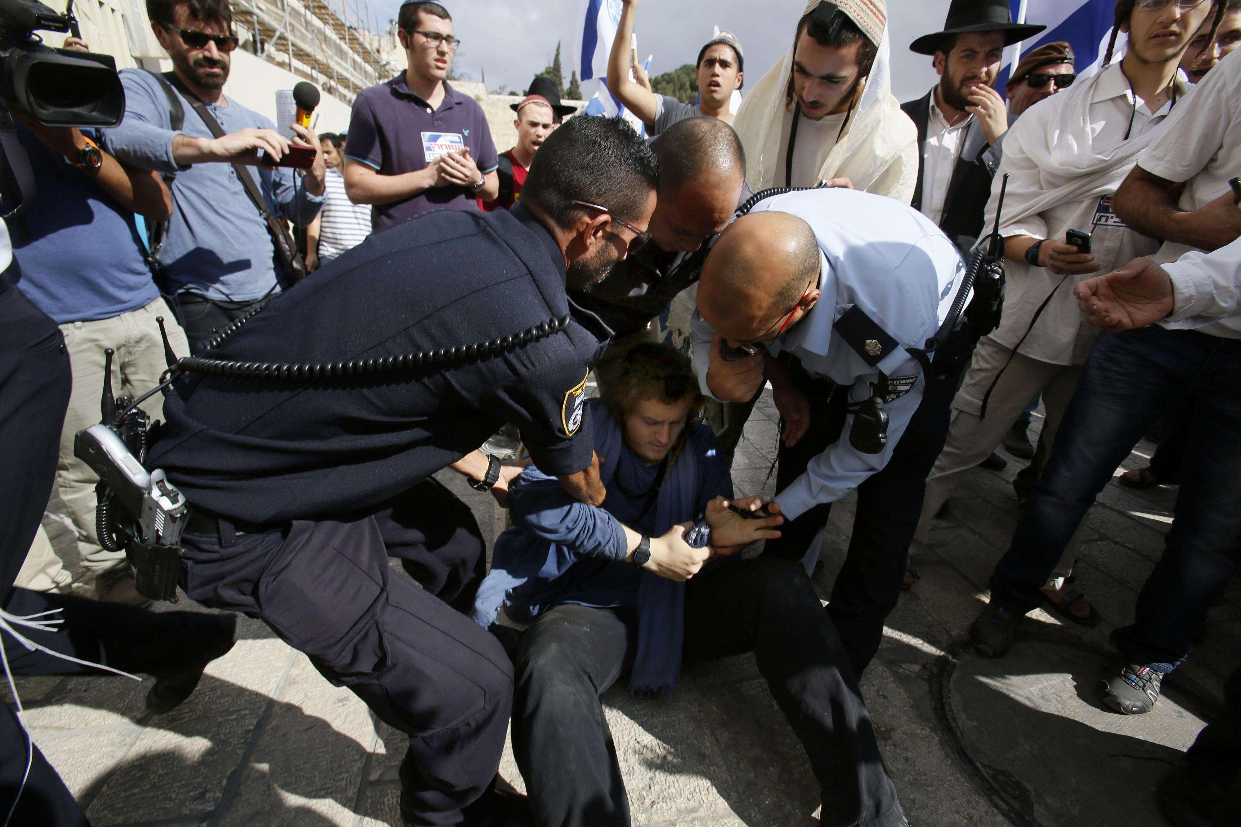 Polícia detém homem que tenta entrar na Esplanada das Mesquitas - fechada na quinta-feira e reaberta com restrições nesta sexta Foto: GALI TIBBON/AFP