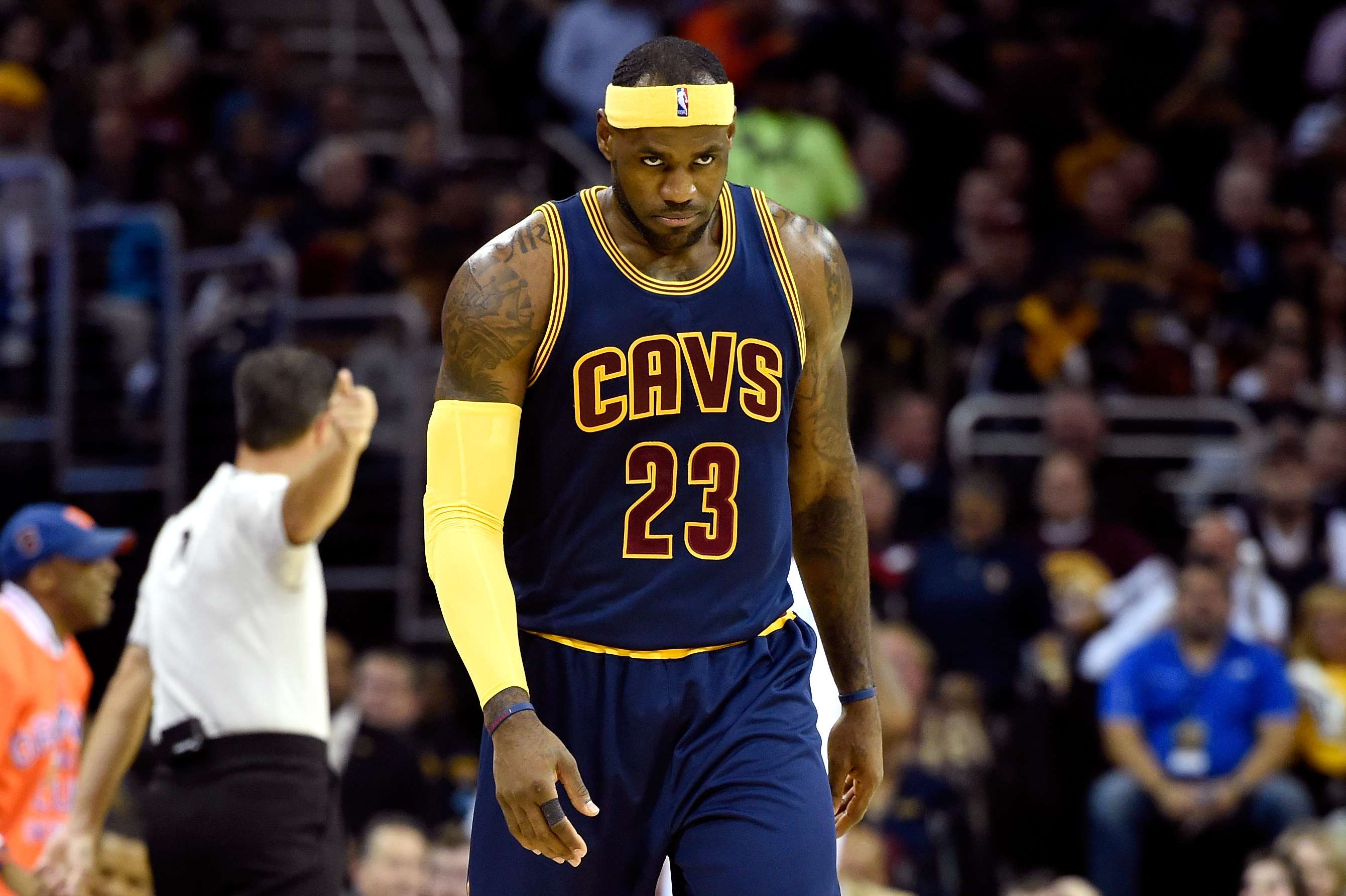 James cabizbajo tras la derrota en su regreso a Cleveland. Foto: Getty Images