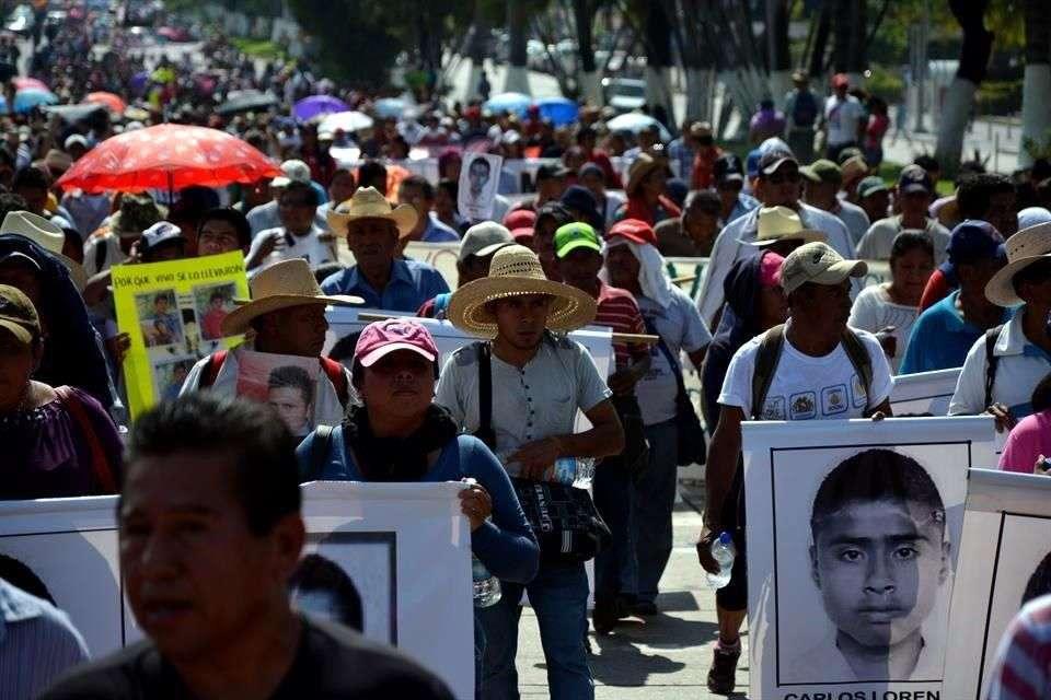 Integrantes del Movimiento Popular Guerrerense marcharon de la Base Naval al Ayuntamiento para exigir la aparición de 43 normalistas de Ayotzinapa. Foto: Francisco Renato Robles/Reforma
