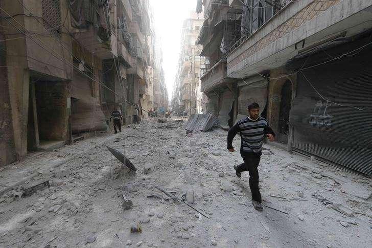 Homem corre num local atingido por um suposto ataque de forças leais ao presidente sírio, Bashar al-Assad, num bairro de Aleppo, na Síria, nesta sexta-feira. 31/10/2014 Foto: Hosam Katan/Reuters