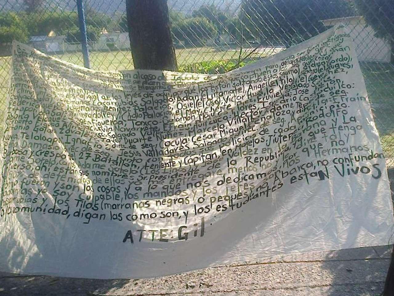 Una narcomanta que apareció en Iguala, Guerrero, indica que los normalistas de Ayotzinapa siguen con vida. Foto: @Dae_Bowie