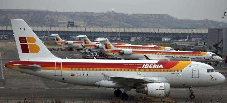 Un avión de pasageros Iberia estacionado en el aeropuerto de Barajas, en Madrid. Imagen de archivo, 28 febrero, 2013. El holding de aerolíneas IAG reportó el viernes un alza de un 72 por ciento en su resultado operativo a septiembre y mejoró sus estimaciones de ganancias para todo el año, apoyado en un fortalecimiento de la libra y un descenso en el precio del petróleo. Foto: Sergio Perez/Reuters