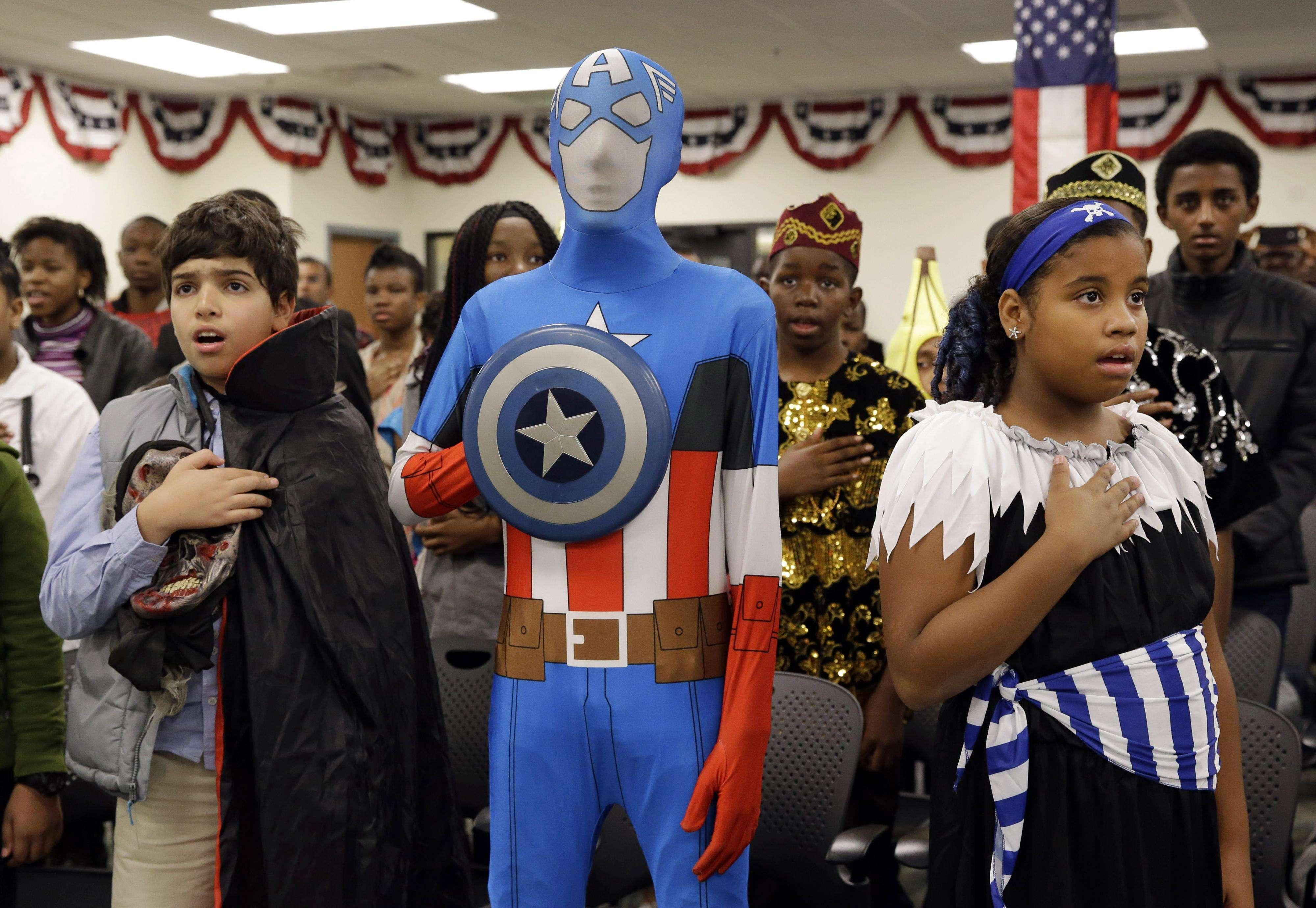 Los niños ataviados de diversos disfraces recibieron el certificado de ciudadanía. Foto: AP en español