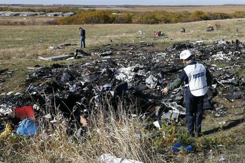 Equipe trabalha no local onde o voo MH17, da Malaysia Airlines, caiu, perto da aldeia de Hrabove (Grabovo) na região de Donetsk Foto: Shamil Zhumatov/Reuters