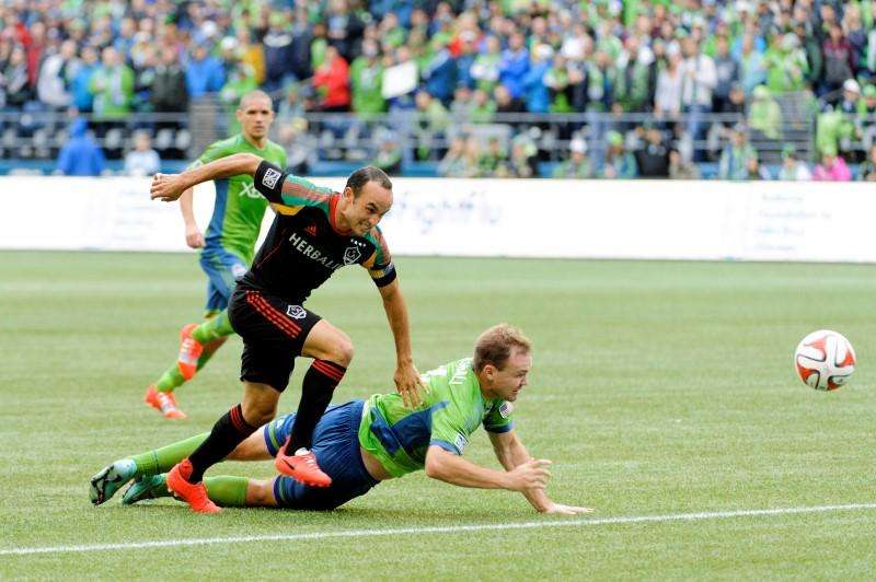 Oct 25, 2014; Seattle, WA, USA; Los Angeles Galaxy forward Landon Donovan (10) and Seattle Sounders FC defender Chad Marshall (14) fight for the ball during the first half at CenturyLink Field. Mandatory Credit: Steven Bisig-USA TODAY Sports. Foto: Reuters
