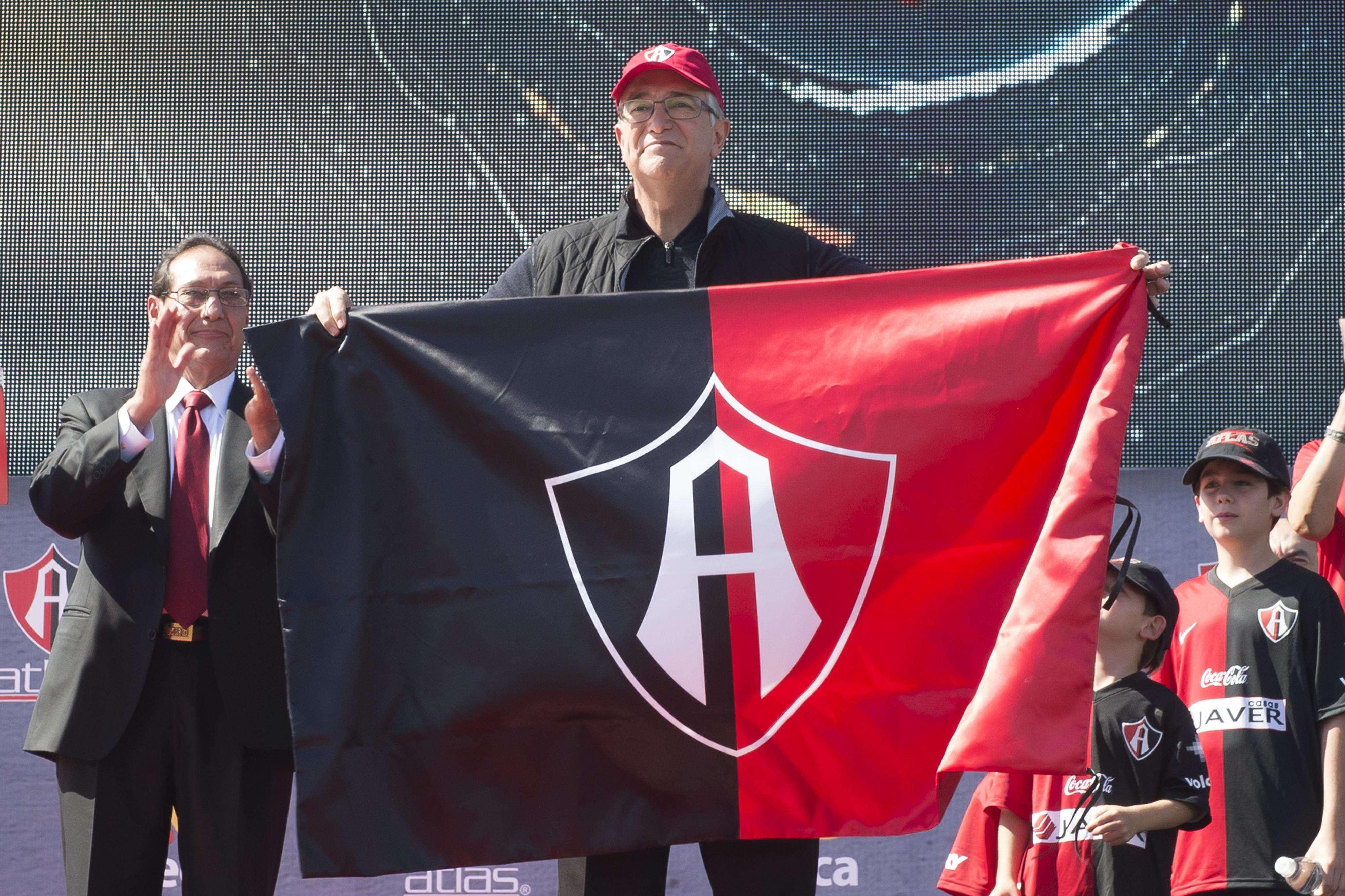 Salinas Pliego presume la bandera de Atlas, su nuevo club. Foto: Mexsport