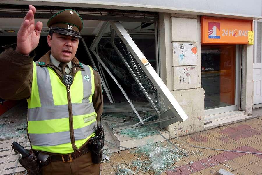 Los siujetos hicieron explotar el dispensador de dinero. Foto: Agencia UNO