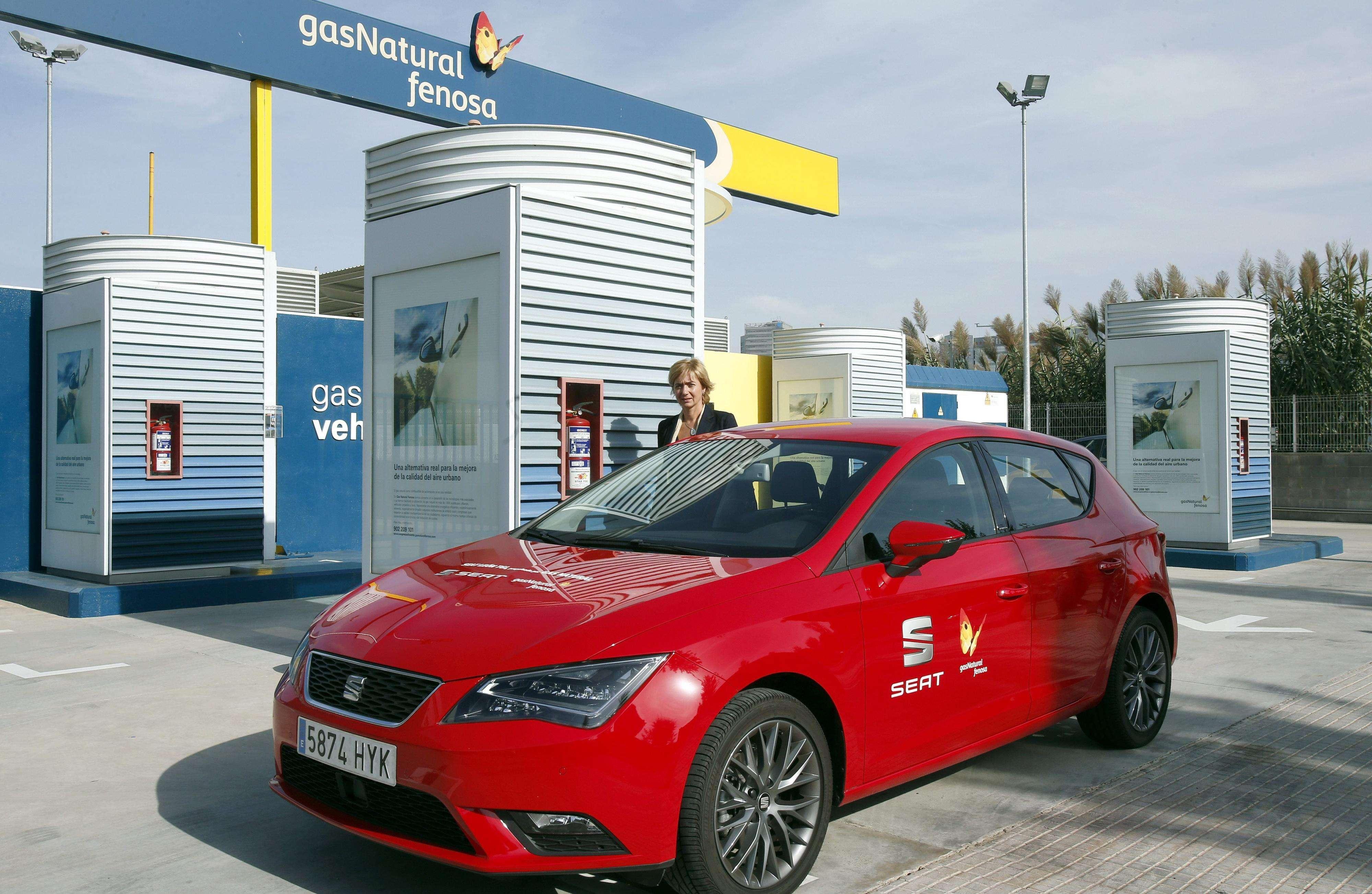 Un Seat León TGI, el primer modelo propulsado por gas natural que se fabrica en la planta de Seat Martorell (Barcelona), en una estación de carga de gas natural comprimido (GNC). Foto: EFE en español