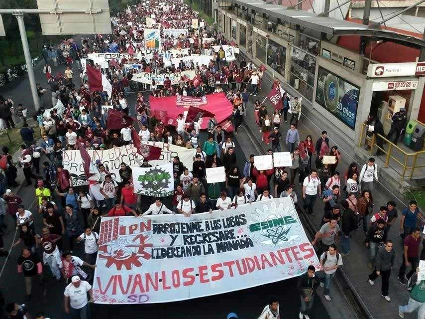 El principal contingente se concentró en el cruce de las Avenidas Wilfrido Massieu e Instituto Politécnico Nacional, en la Unidad Zacatenco. Foto: Reforma/Óscar Mireles