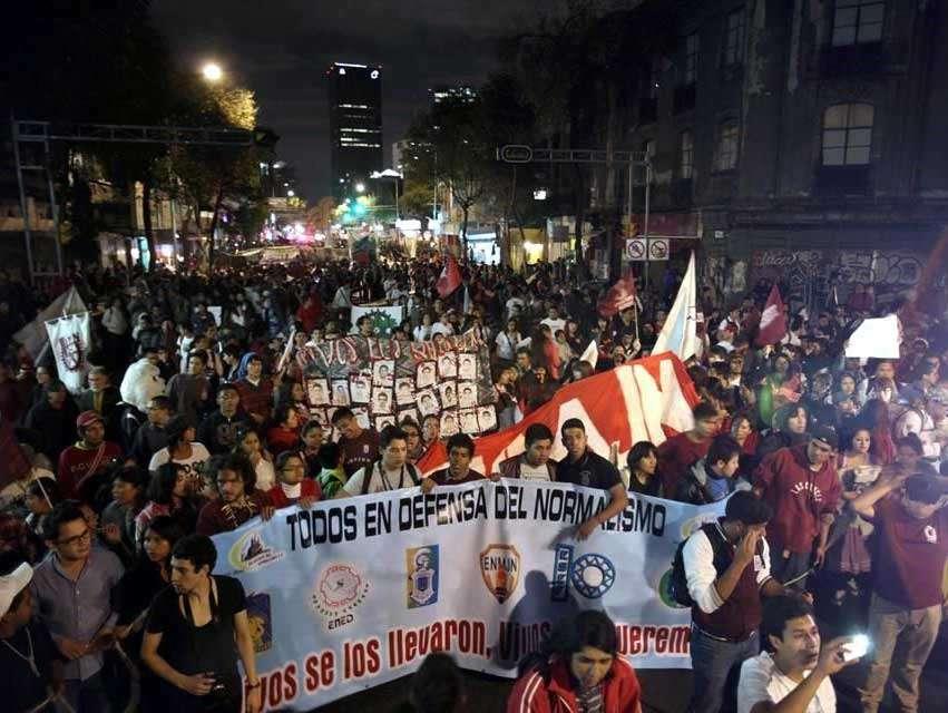Anunciada como marcha interuniversitaria, el contingente de estudiantes partió la tarde de este viernes de Zacatenco. Foto: Reforma/Óscar Mireles