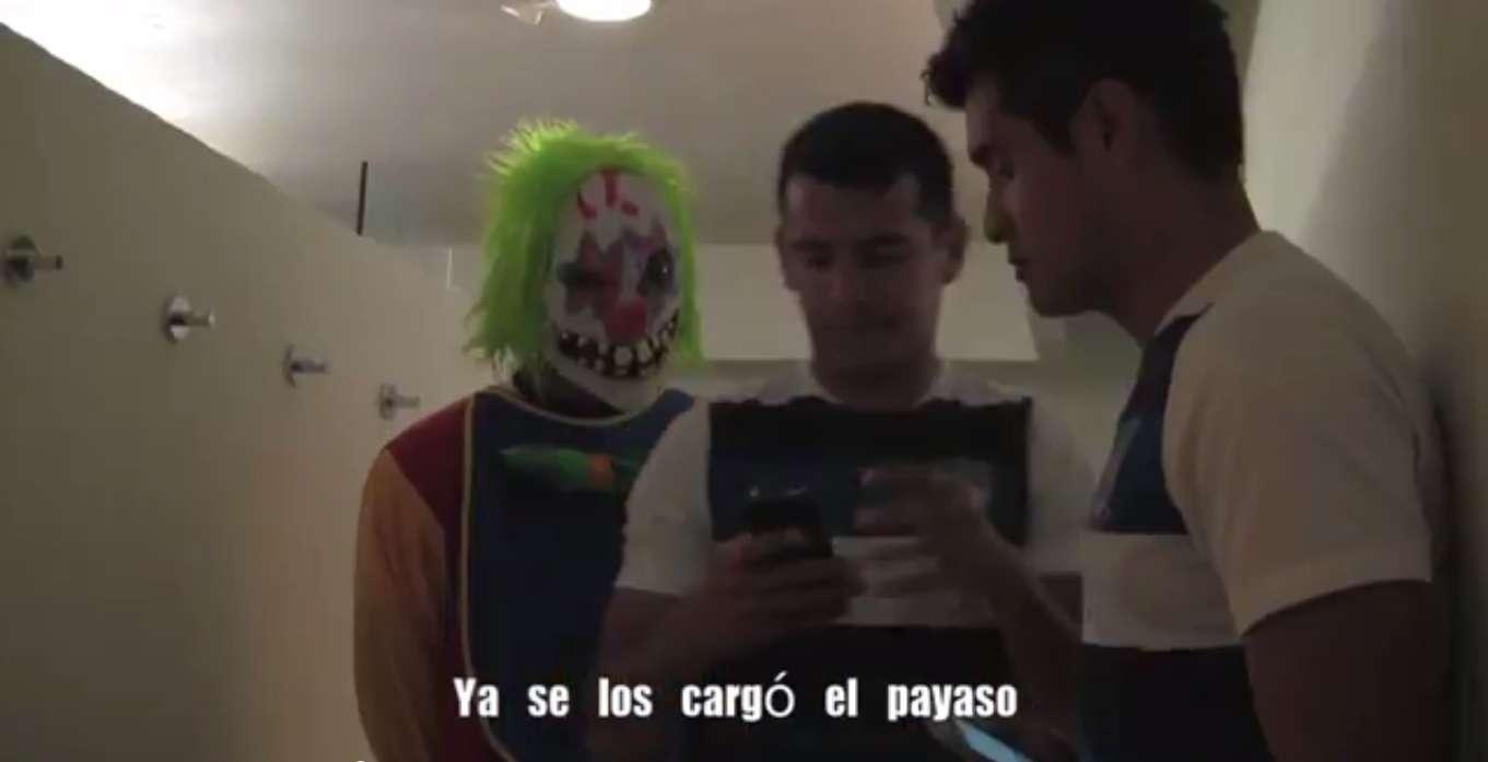 Diego de Buen al hacer la broma a sus compañeros. Foto: Tomado de video