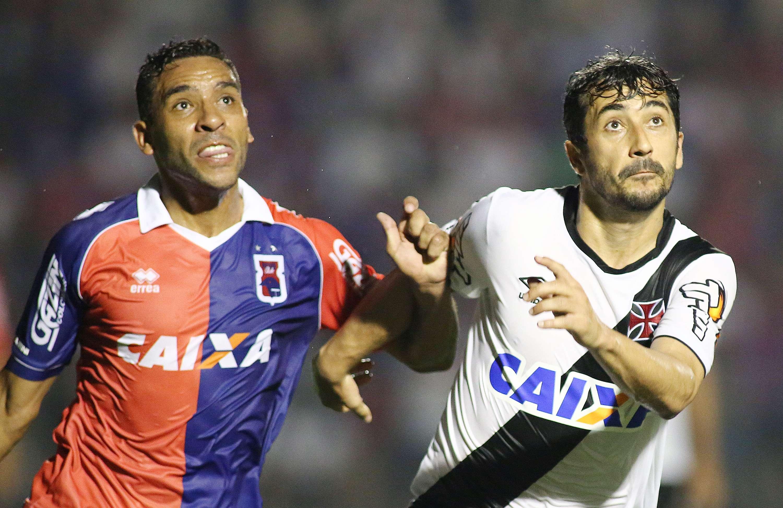 Edson Sitta e Douglas disputam a bola no empate entre Paraná e Vasco por 1 a 1 Foto: Giuliano Gomes/Gazeta Press