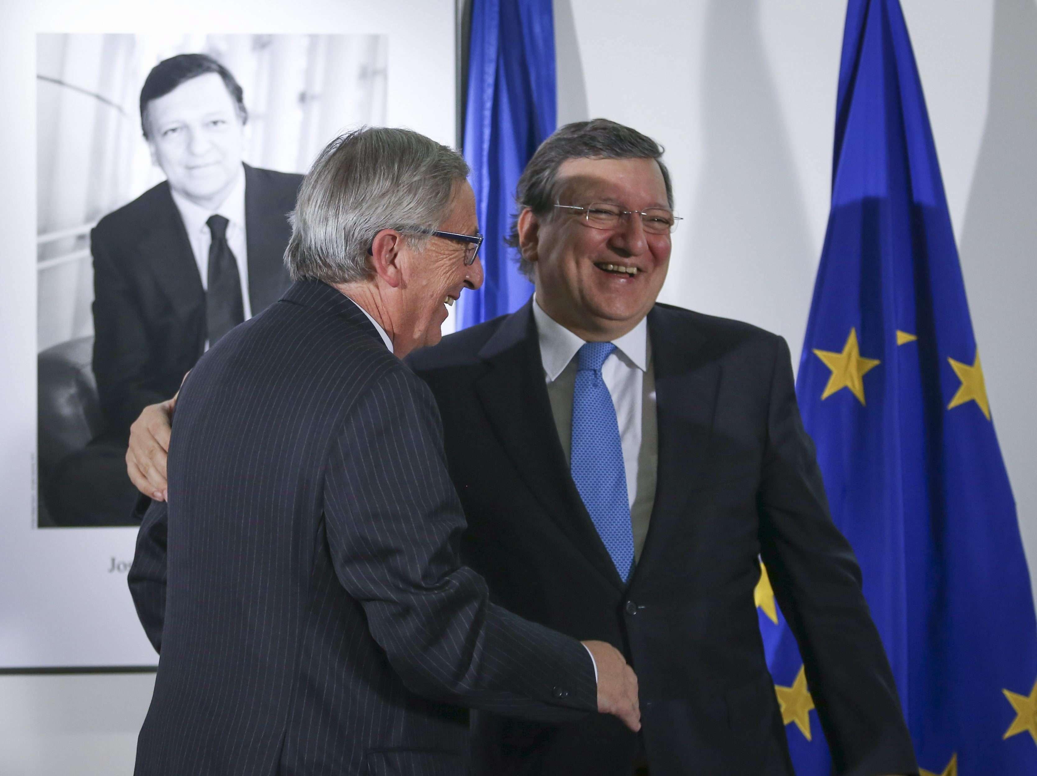 El presidente saliente de la Comisión Europea, Jose Manuel Durao Barroso (d), y el nuevo presidente de la misma, Jean-Claude Juncker, durante una ceremonia de despedida en la sede de la Comisión Europea en Bruselas (Bélgica) el jueves 30 de octubre de 2014. Foto: EFE en español
