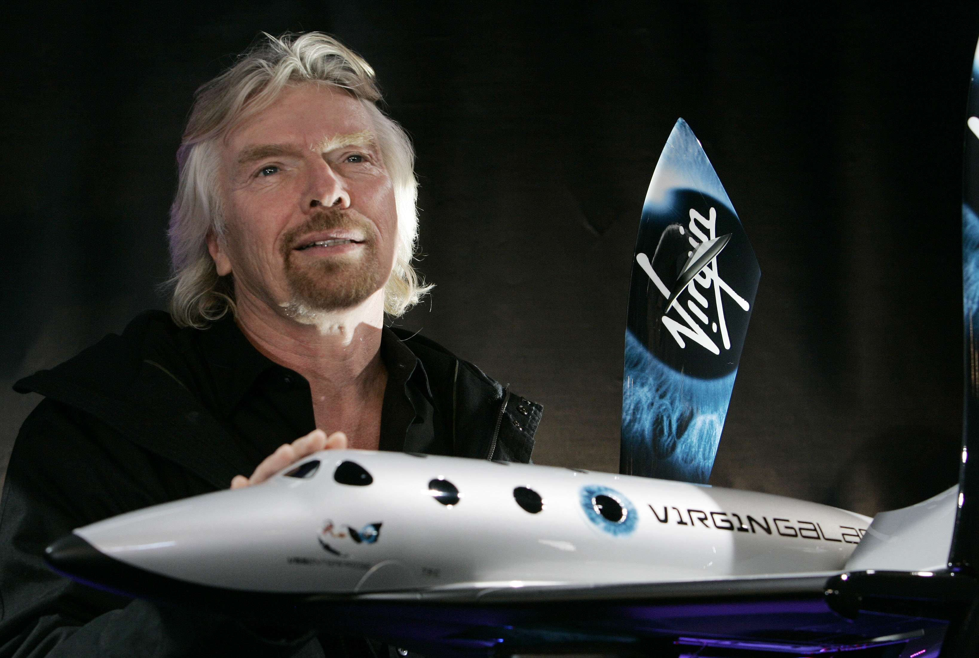 Richard Branson, fundador da Virgin Galatic, com uma miniatura da SpaceShipTwo Foto: Stan Honda/AFP