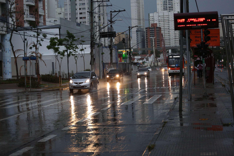 Chuva e consequente queda de energia deixam os semáforos apagados no cruzamento das avenidas Santo Amaro e Morumbi, na zona Sul de São Paulo, SP, na tarde de sábado (01/11) Foto: Renato S. Cerqueira/Futura Press