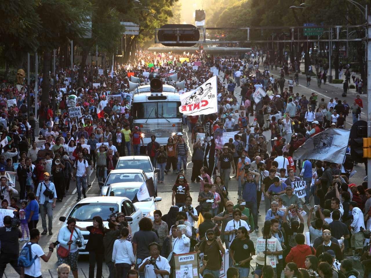Los 43 nombres de los jóvenes desaparecidos en México hace mes y medio fueron hoy coreados por miles de ciudadanos en marchas organizadas para exigir su aparición con vida, mientras los presuntos autores intelectuales de la noche violenta del 26 de septiembre siguen declarando ante la Fiscalía. Foto: Terra