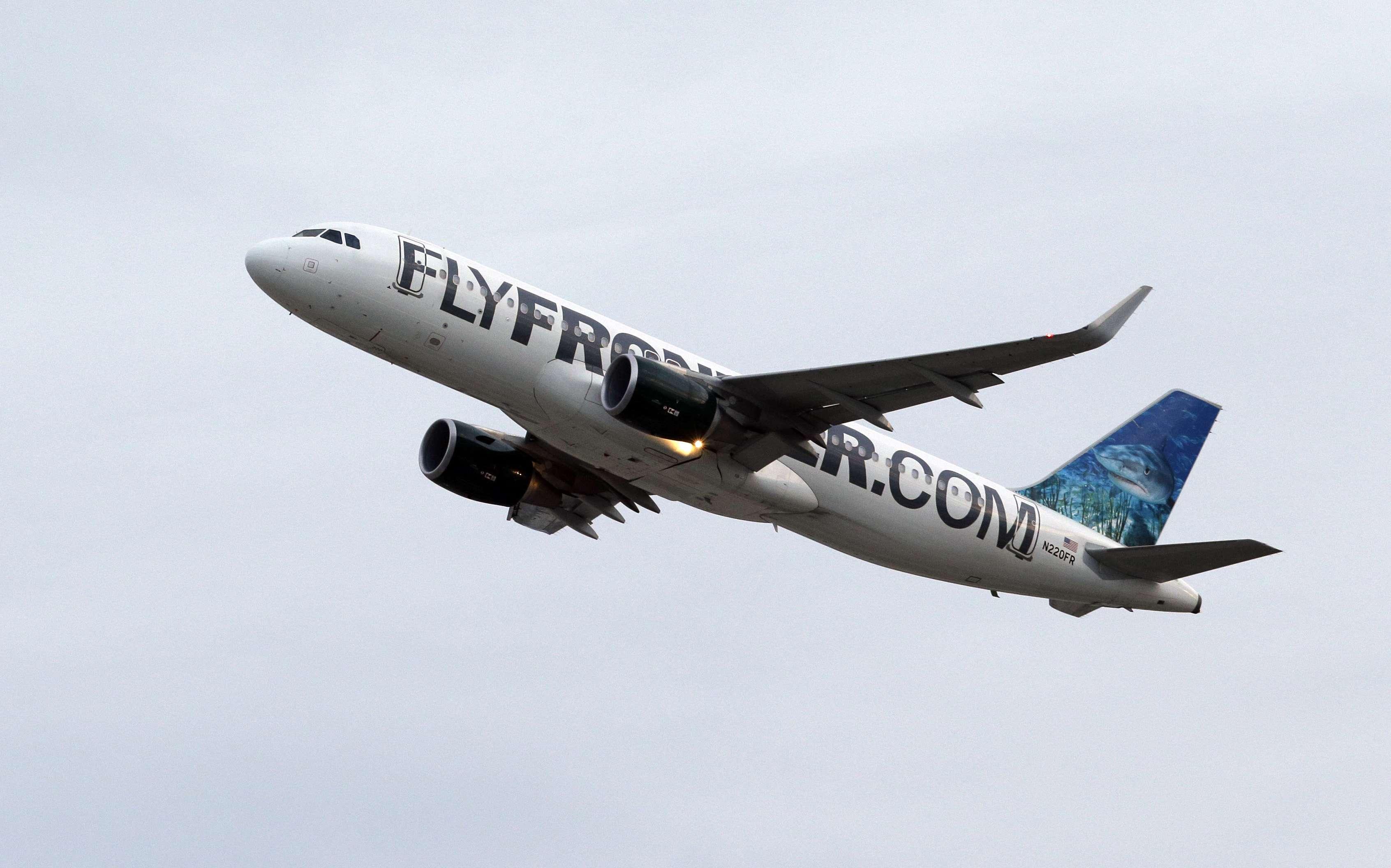 Un avión de Frontier Airlines despega del Aeropuerto Internacional Hopkins, el miércoles 15 de octubre de 2014, en Cleveland. Foto: AP en español