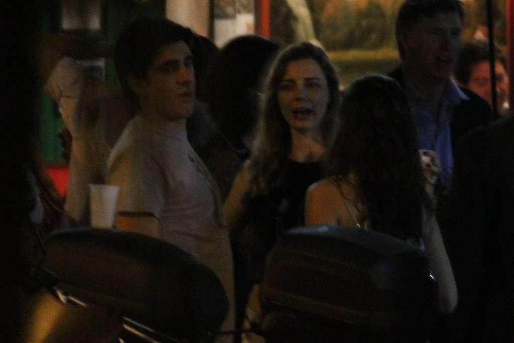 Imagens que supostamente seriam do humorista Marcelo Adnet foram divulgadas pela agência Agnews nesta sexta-feira (7) em que ele aparece beijando uma mulher loira no bairro do Leblon, no Rio de Janeiro. Adnet é casado com a também humorista Dani Calabresa. Foto: Rodrigo dos Anjos/AgNews