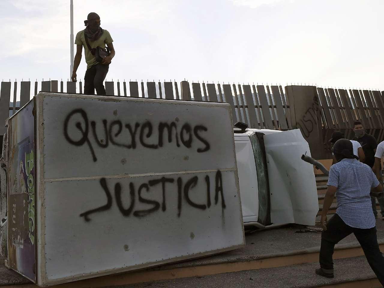 Encapuchados incendiaron autos frente al Palacio de Gobierno y Congreso de Guerrero. Se trata del segundo ataque a sedes de Gobierno tras el anuncio de la PGR sobre la posible muerte de los 43 normalistas de Ayotzinapa. Foto: AFP en español