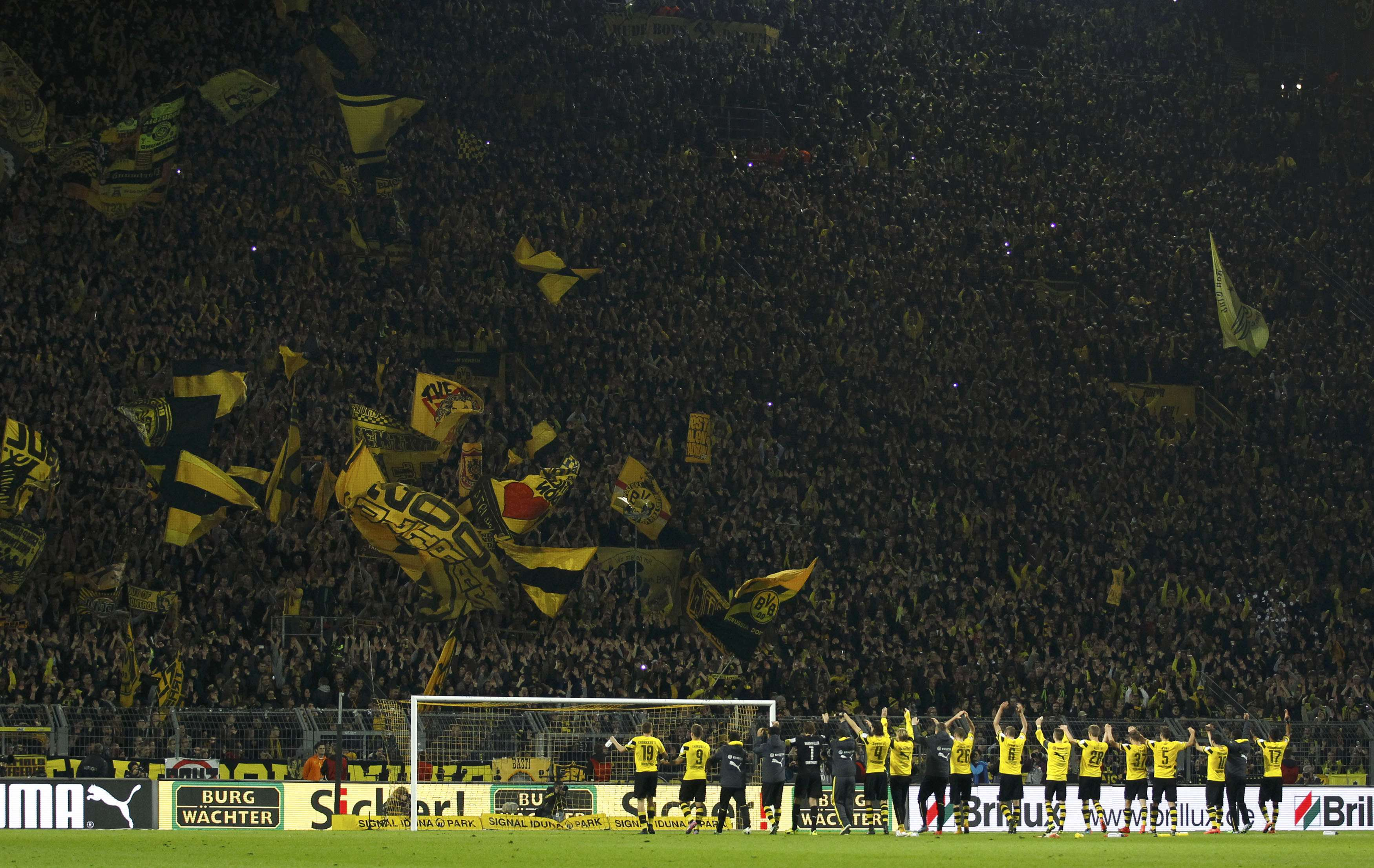 Borussia Dortmund players celebrate with fans after defeating Borussia Moenchengladbach in the Bundesliga first division soccer match in Dortmund November 9, 2014. REUTERS/Ina Fassbender (GERMANY - Tags: SPORT SOCCER) DFL RULES TO LIMIT THE ONLINE USAGE DURING MATCH TIME TO 15 PICTURES PER GAME. IMAGE SEQUENCES TO SIMULATE VIDEO IS NOT ALLOWED AT ANY TIME. FOR FURTHER QUERIES PLEASE CONTACT DFL DIRECTLY AT + 49 69 650050. Foto: INA FASSBENDER/REUTERS